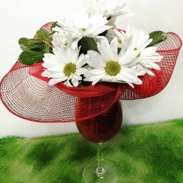 aaa daisies in a wine glass