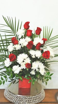 01 Red Roses arranged, Palm leaves with white flowers